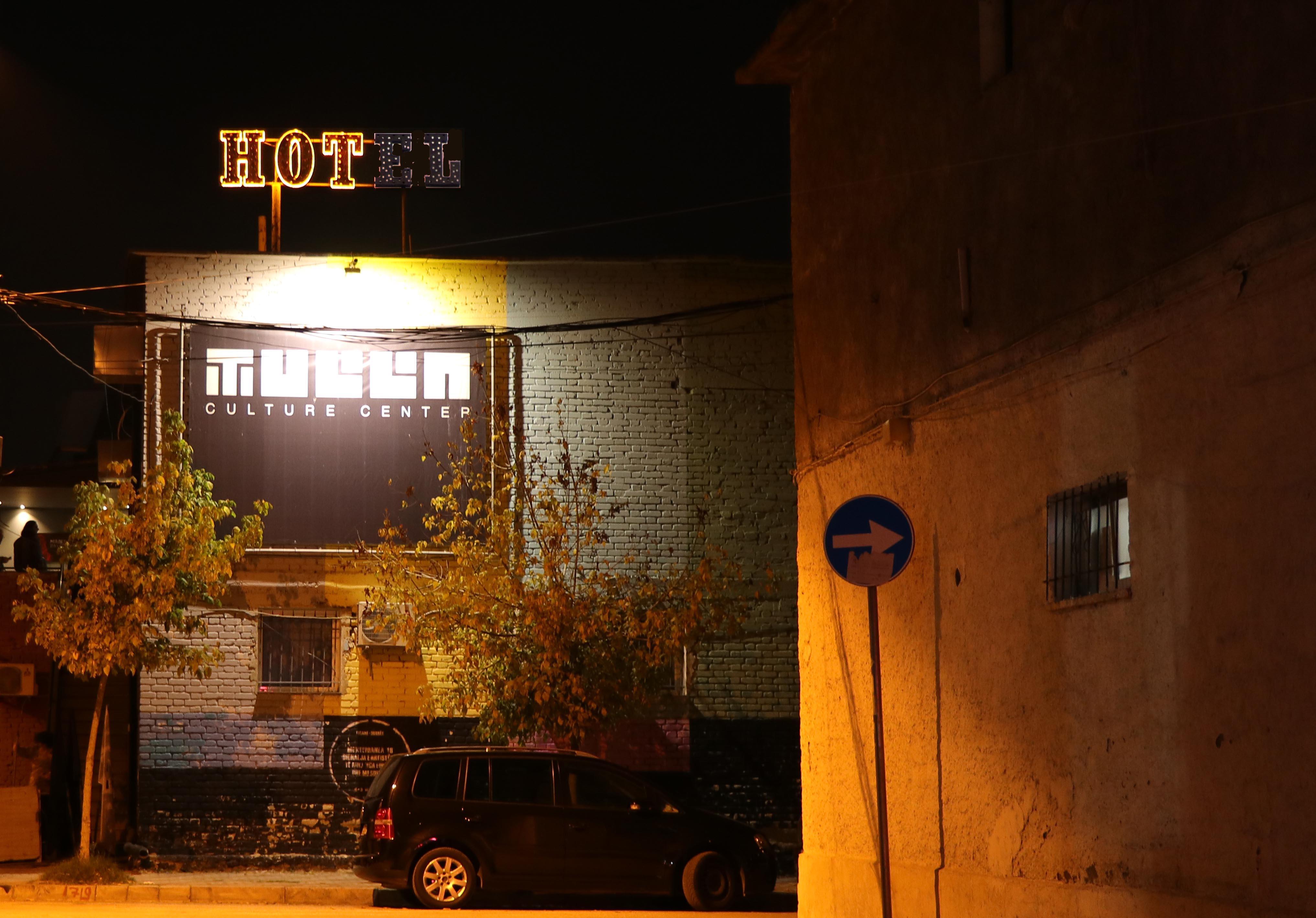 """Ciklus izložbi V.I.T.R.I.O.L – Alban Muja """"HOTel"""""""